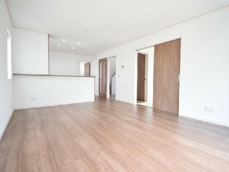 A号棟:リビング・・・キッチンからダイニングとリビングが見渡せるので開放感のある広さとなっています。