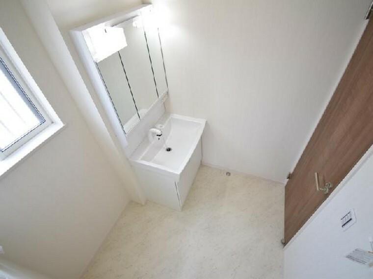A号棟:洗面・・・三面鏡の洗面化粧台はメイクの時などにぴったり。また三面鏡の裏は収納スペースとなっておりますので小物などを収納するのにピッタリです。