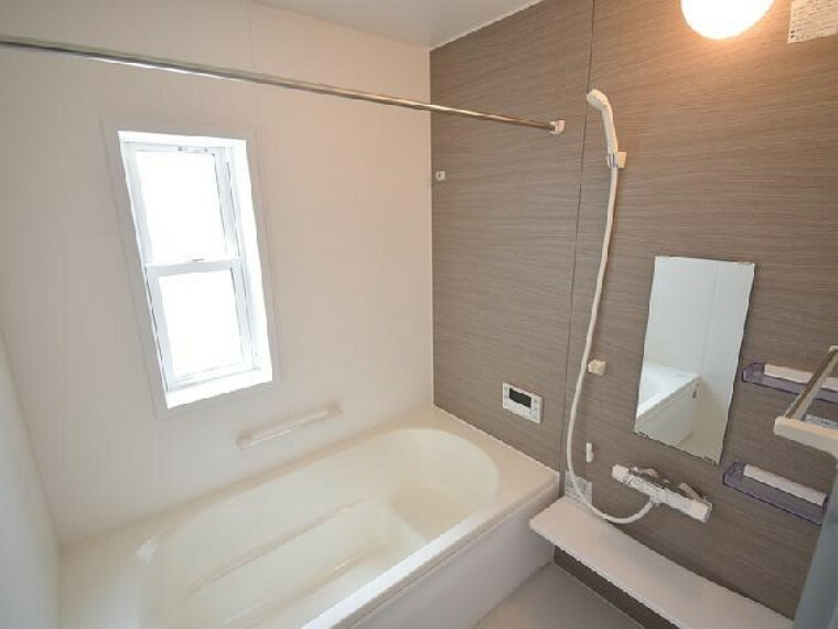 A号棟:浴室・・・1坪タイプのゆったりとしたバスルーム!浴室換気暖房乾燥機付きなので雨の日のお洗濯も安心です!