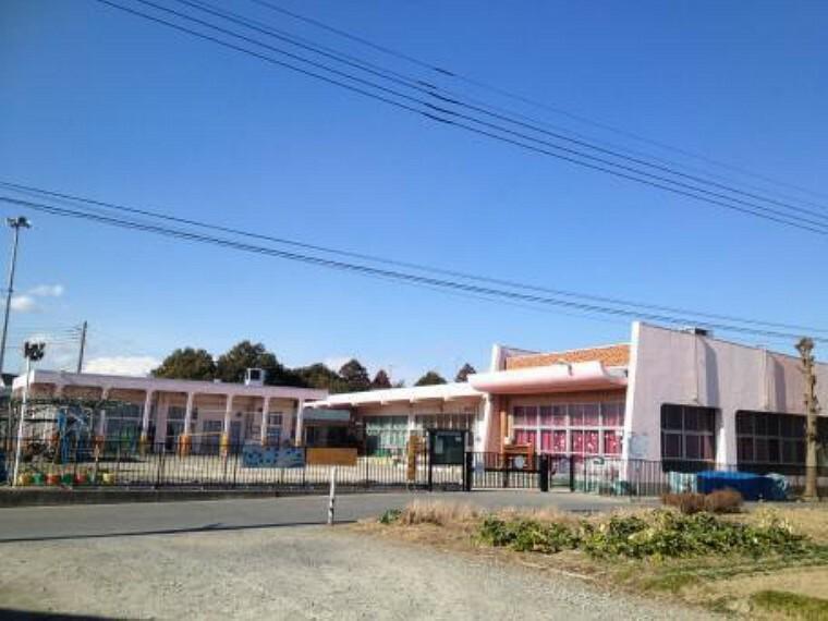 鎌塚保育所・・・生後8ヶ月から入所可能な保育所は、全室冷暖房(床暖房)完備となっており、小さな畑では年長さんを中心に野菜を栽培しています。