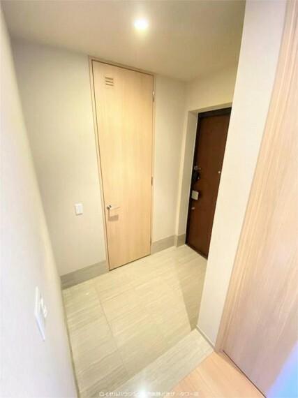 玄関 ホワイトトーンのタイル張り玄関とSIC