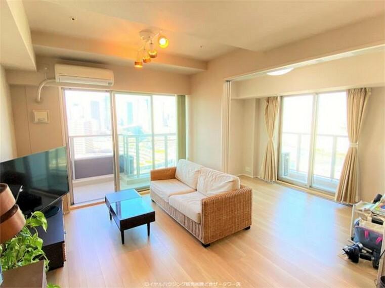 居間・リビング 3枚引戸で、ライフスタイルに合わせて流動的に使えるLD(床暖房あり)+DEN