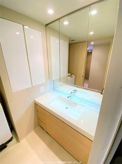 洗面化粧台 シングルレバー混合水栓、三面鏡収納付き洗面化粧台