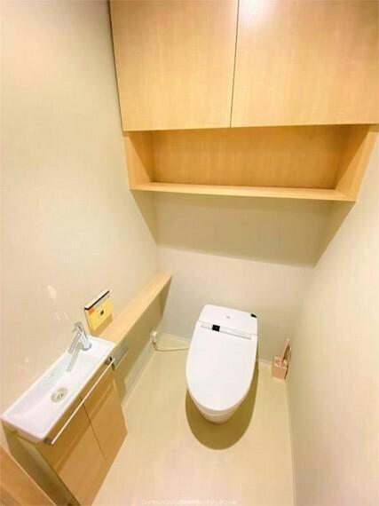 トイレ 温水洗浄便座、手洗いカウンター、吊戸棚付きトイレ