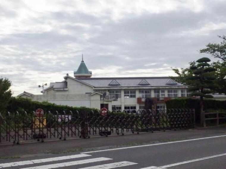 小学校 御舘山小学校まで600m(徒歩8分)。お子様の通学にも安心な距離ですね。