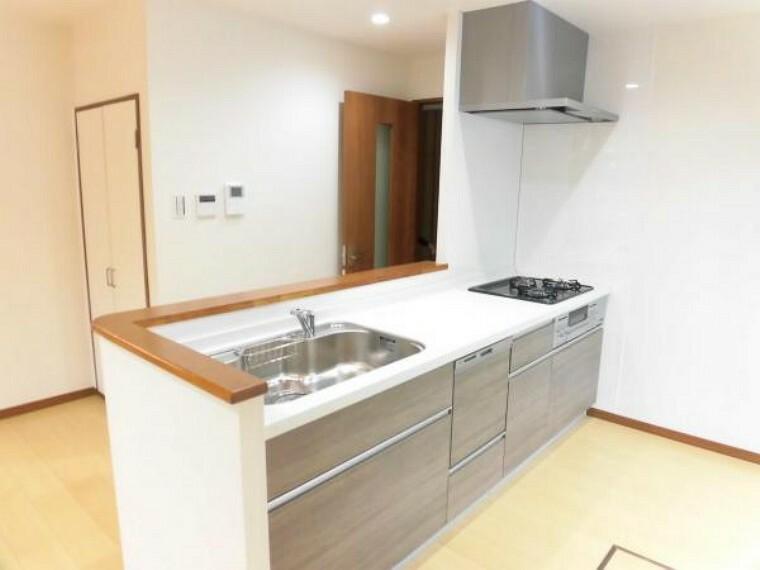 キッチン キッチンはハウステック製の新品に交換しました。引出が4つの嬉しい多収納タイプ。天板は熱や傷にも強い人工大理石仕様なので、毎日のお手入れが簡単です。