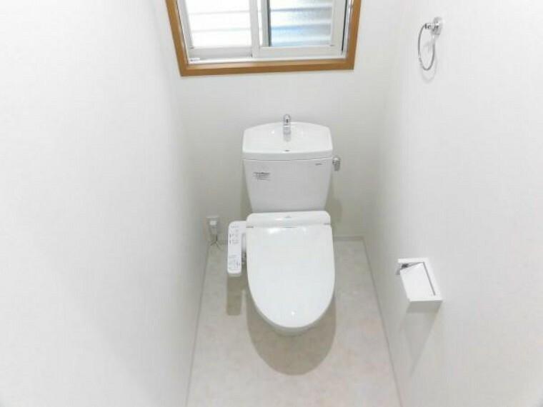 トイレ トイレはTOTO製の温水洗浄機能付きに新品交換しました。表面は凹凸がないため汚れが付きにくく、継ぎ目のない形状でお手入れが簡単です。節水機能付きなのでお財布にも優しいですね。