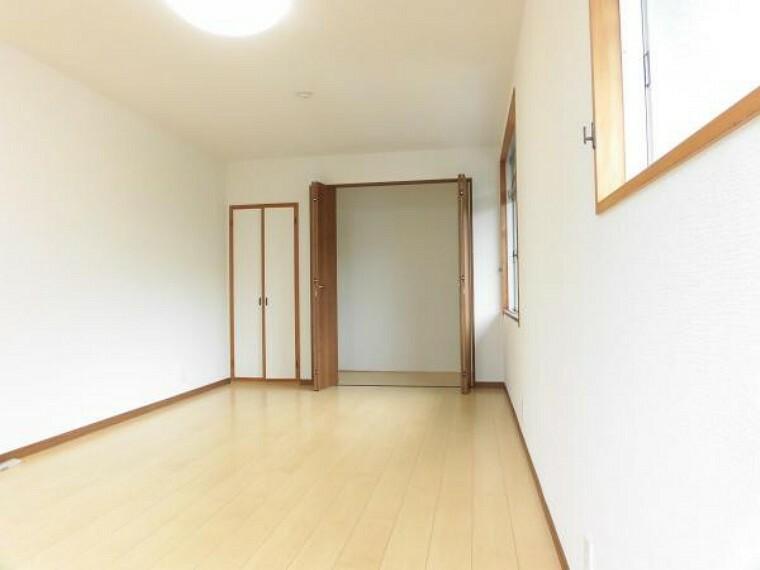 2階北側の9帖洋室です。収納は1.5帖分あり便利です。クロスも張り替えて明るい洋室に仕上げました。