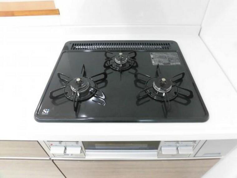 キッチン 新品交換のキッチンは3口コンロで同時調理が可能。大きなお鍋を置いても困らない広さです。お手入れ簡単なコンロなのでうっかり吹きこぼしてもお掃除ラクラクです。