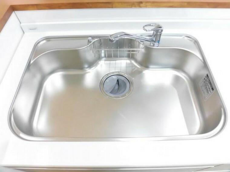 キッチン 新品交換のキッチンのシンクはサビにくく熱に強いステンレス製です。水はねの音を抑える静音設計で、従来よりもさらに水音が静かになっています。