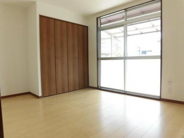 1階玄関脇にある5帖の洋室です。床は明るい色のフローリングに張り替えました。窓からの陽光が心地よい空間です。