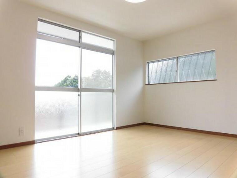 2階南西側の6帖洋室です。南側に窓があるので、日当たりが良く、お日様の温もりを感じられるお部屋です。フローリングを張替えし、クロスを張り替えました。