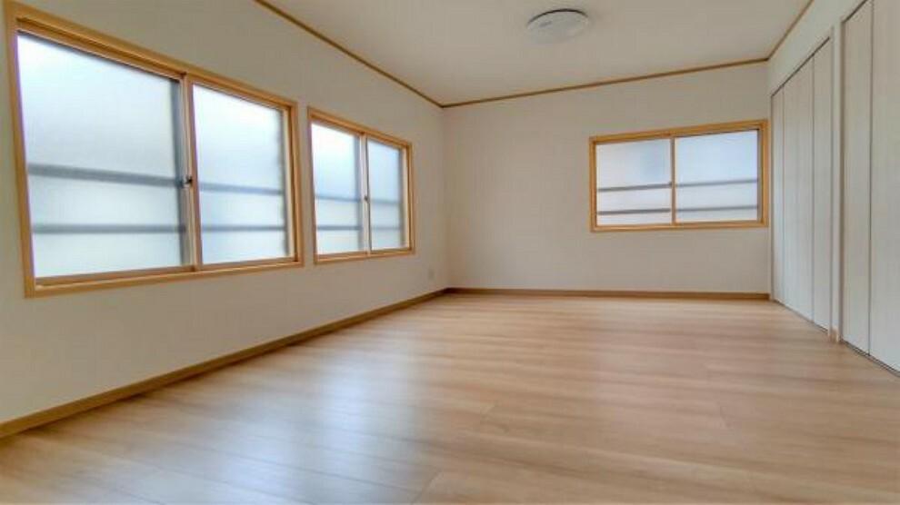 1階南東側、12帖の洋室です。1階に広々とした主寝室があると便利ですね。クローゼット新設しましたので、収納には困りません。床はフローリング張替え、壁や天井はクロスを貼り替えました。