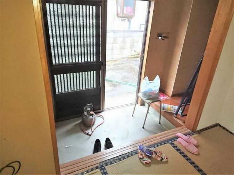 玄関 【リフォーム中】玄関ホールです。引き戸の交換やタイルの張替を行うことで、清潔感のある空間に仕上げます。毎日通るところがきれいだと気持ちよく生活できますね。
