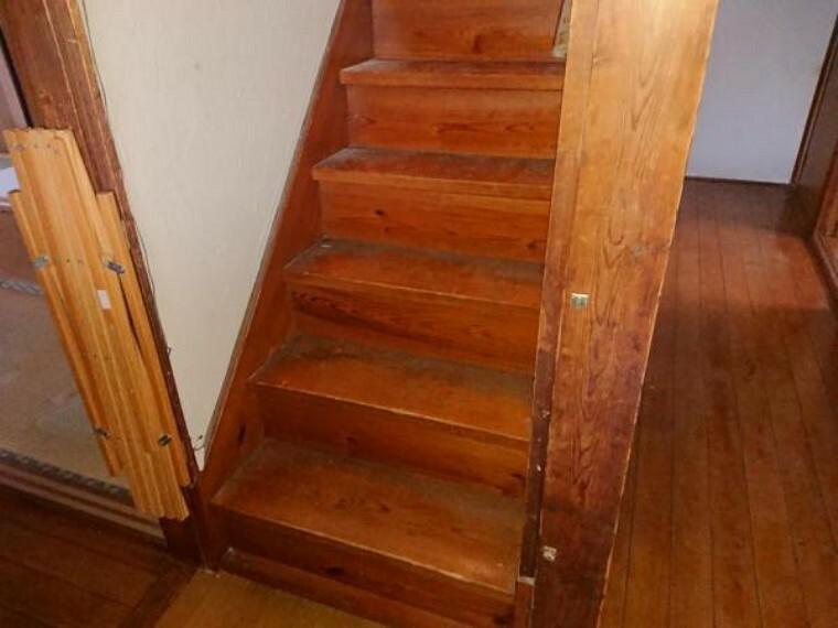 【リフォーム中】階段です。手すりとすべり止めを設置し、昇り降りもラクラクですよ。