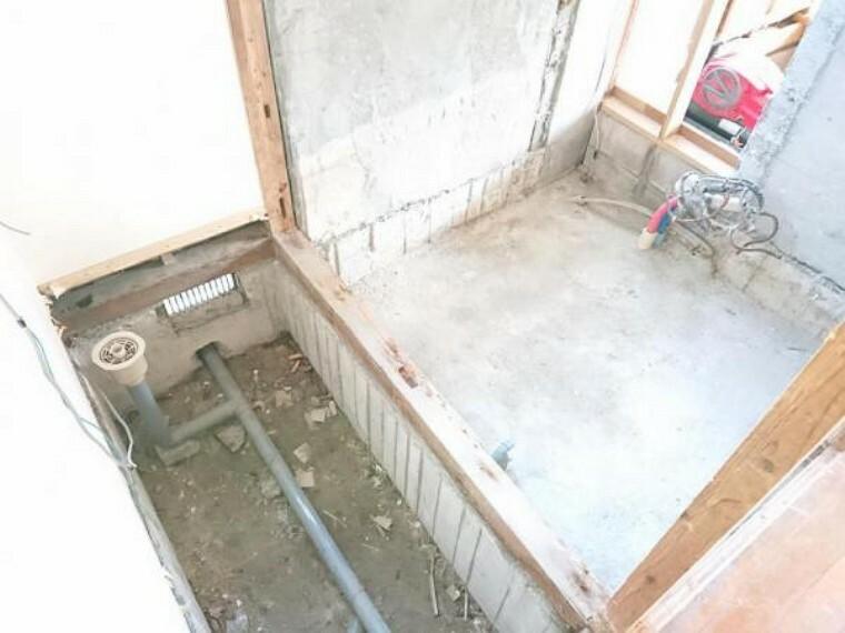 浴室 【リフォーム中】お風呂です。解体し、床下もしっかり点検してから新品のユニットバスを設置します。新品のお風呂で新生活を始めてみませんか。