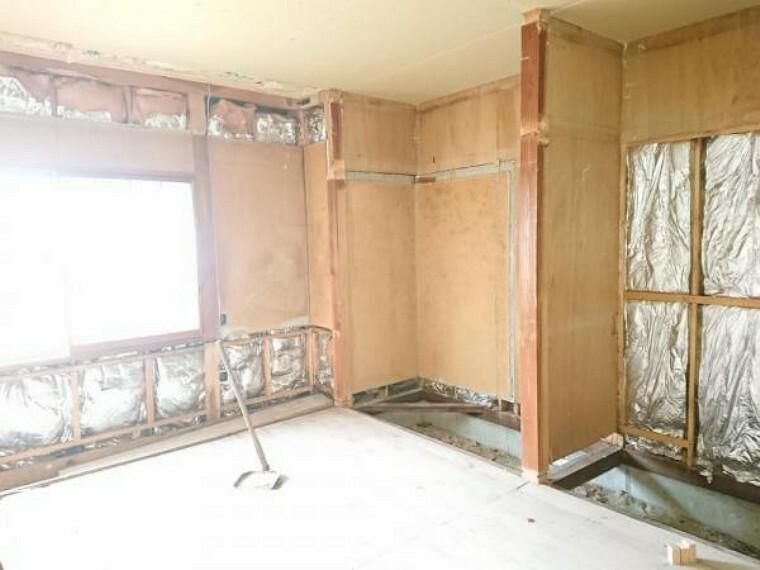 【リフォーム中】1階北西側6.8帖洋室です。和室から洋室へ間取り変更し、クローゼットを設置します。キッチンの横の洋室は親御様のお部屋など何かと使い勝手が良いですよ。