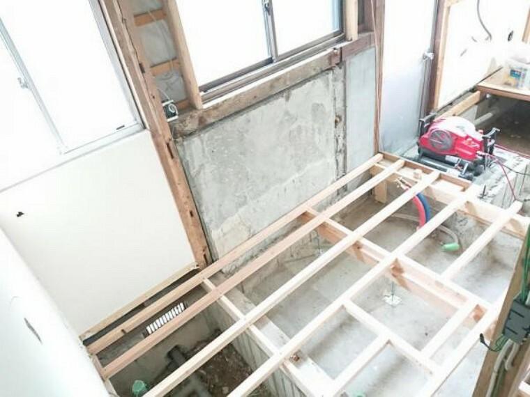 洗面化粧台 【リフォーム中】洗面脱衣室です。解体して床下の点検をしてから洗面化粧台を設置します。不具合があれば補修してからの施工のため、安心してお住まいいただけますよ。