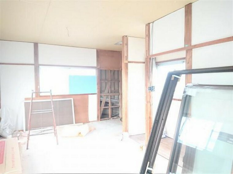 【リフォーム中】2階10.5帖洋室別角度です。3方向に窓があるため、通気も日当たりも良いですよ。夫婦のお部屋として使えますよ。