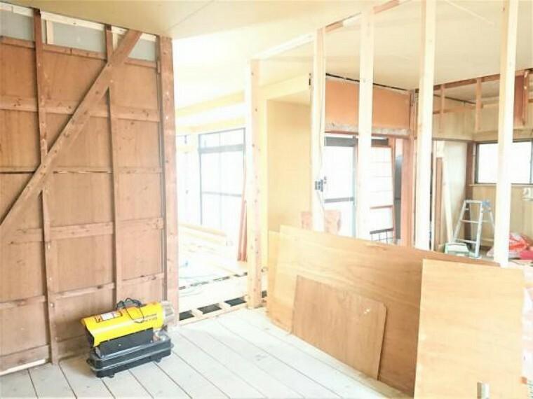 【リフォーム中】1階北西側6.8帖洋室別角度です。ワークスペースを設け、リモートワークにもぴったりなお部屋ですよ。