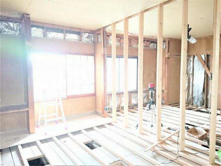 【リフォーム中】1階南西側6.5帖洋室です。ウォークインクローゼットと書斎を設置することで、広々過ごしていただけますよ。