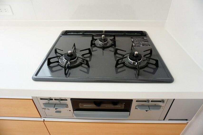 キッチン 3口コンロなので効率よくお料理できますね^^バーナーに安全センサーを搭載しており、水無しグリルが手間を軽減します^^