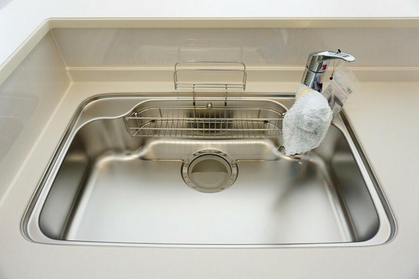 キッチン 広々とした凸型シンクに洗剤ポケットを標準装備。大きなお鍋など洗いやすいです。洗剤や石鹸、スポンジもすっきりできる収納付き^^