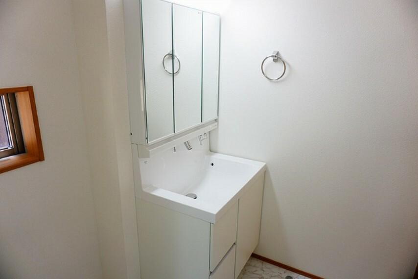 洗面化粧台 ミラー扉の内側が収納スペースになっています。ティッシュBOXも収納可能。可変トレイは、収納物に応じて高さの調節が可能。取り外して洗えるので清潔です^^