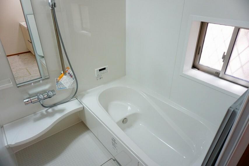 浴室 1日の疲れを癒すくつろぎのバスルーム。足を伸ばしてもゆったりと入れるサイズです。お子様と一緒にお風呂に入っても狭くないですね(^^窓付き・浴室乾燥機で換気・雨の日の洗濯もばっちり^^