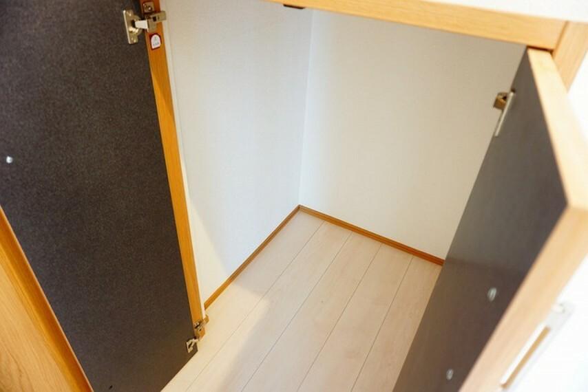 収納 階段下収納付き。すぐ横のトイレや玄関・階段に関するものをストックしておくととっても便利ですね^^