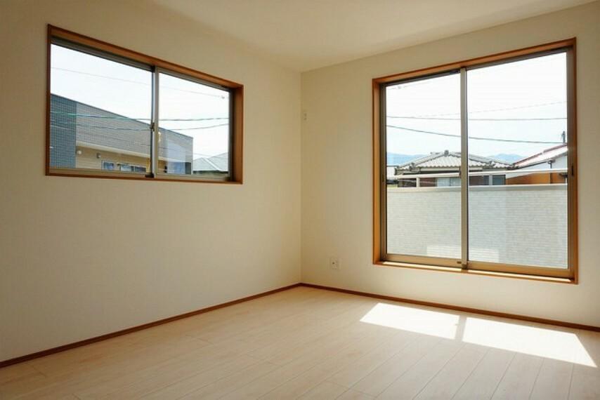 寝室 2面採光を確保した明るい室内は、風通しも良く、大変居心地の良い空間となっております。爽やかな風を感じて起きる朝は、快適生活の始まりに^^