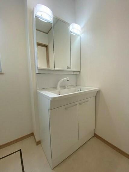 洗面化粧台 広々とした洗面所です!三面鏡付き洗面台下には便利な収納スペース付き