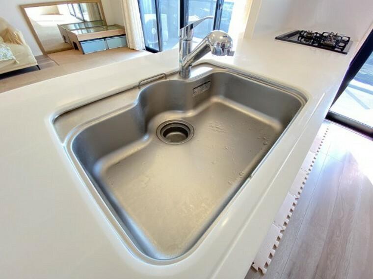 キッチン シンクが広いので大きな調理器具等も洗いやすいですね