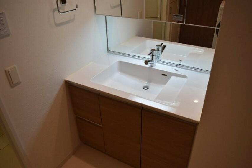 洗面化粧台 身だしなみチェックに便利な三面鏡付き洗面台 スペース十分