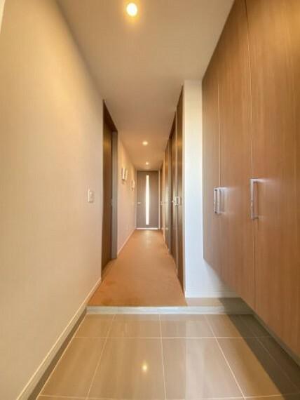 玄関 明るくお洒落な玄関 収納も充実しています
