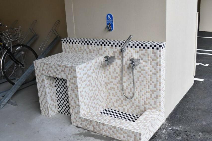 散歩などで汚れたワンちゃんの足を建物内に入る前に洗うことが出来ます 汚れを落としてマンション内に入れるのが魅力的ですね