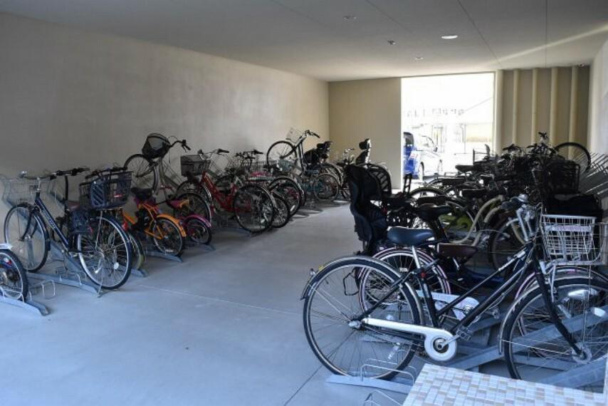 駐輪場 屋根付き駐輪場 雨風から自転車やバイクを守ることが出来ます また雨を気にせずに乗り降りができるのも魅力の1つですね