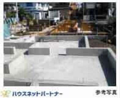共用部・設備施設 基礎に「鉄筋コンクリートベタ基礎」を標準採用。ベース部分には13mmの鉄筋を200mmピッチで碁盤目状に配筋し、コンクリートを流し込んで造ります。ベタ基礎は地面全体を基礎で覆うため、建物の加重を分散して地面に伝えることができ、不同沈下に対する耐久性や耐震性を向上することができます。又、床下全面がコンクリートになるので防湿対策にもなります。