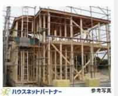 構造・工法・仕様 常に呼吸し、気候の変化に合わせて微妙に伸縮する木材こそが、高温多湿な日本の気候風土に最適と確信しているからです。「木造軸組構法」は土台、柱、梁などの住宅の骨格を機の軸で作る工法で、1000年にわたり、改良・発達を繰り返してきました。接合部には補強金物を取り付け、床には構造用合板をしようするなど、強い耐震性・耐久性を発揮しています。