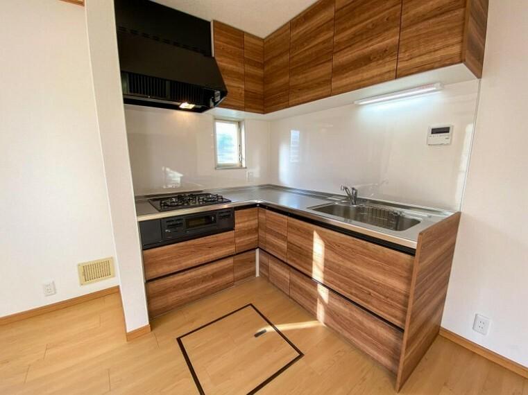 キッチン 機能性とデザイン性を兼ね備えたシステムキッチン。リビングとの一体感も考慮され、美しい空間が実現。