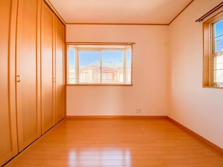 子供部屋 2面採光の居室は快適な光を取り入れ、心地よい風を取り入れます。収納スペースもあり、生活しやすい居住スペースです。