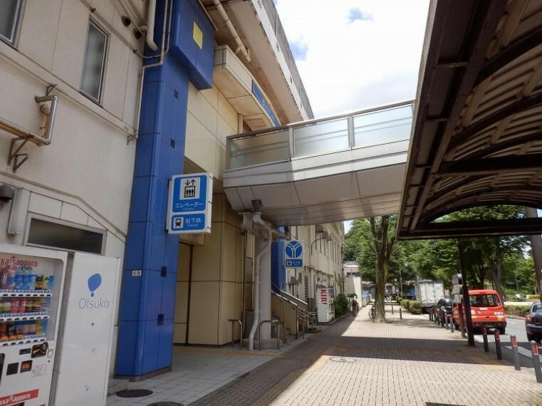 上永谷駅(快速停車駅。駅周辺には多彩な商業施設や病院、塾、スポーツクラブなどがあり賑わっています。 )