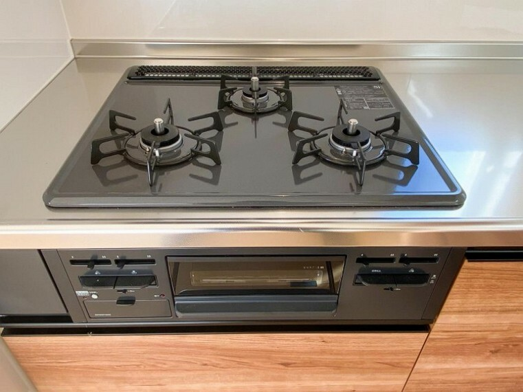 【三口ガスコンロ】 】三口コンロで、お料理の効率もアップ!受け皿のないフラット天板で、お手入れもラクラク。