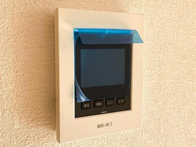 防犯設備 【カラーモニター付インターホン(室内)】「見える安心」をカタチにしました。 誰が来てもわかる様にモニター付きインターホンを設置。
