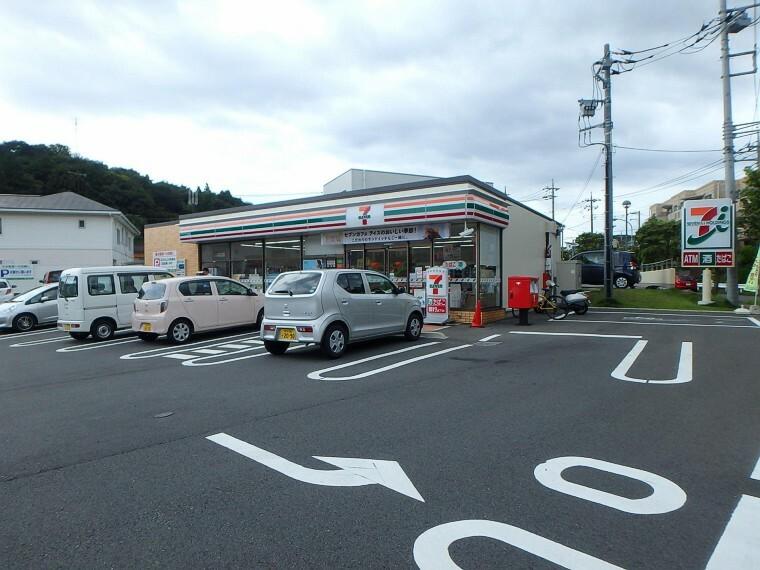 コンビニ セブンイレブン荏子田店(24時間営業。お弁当やお惣菜、パンなどをはじめ、生活用品、お酒、たばこなども取り揃えています。 )