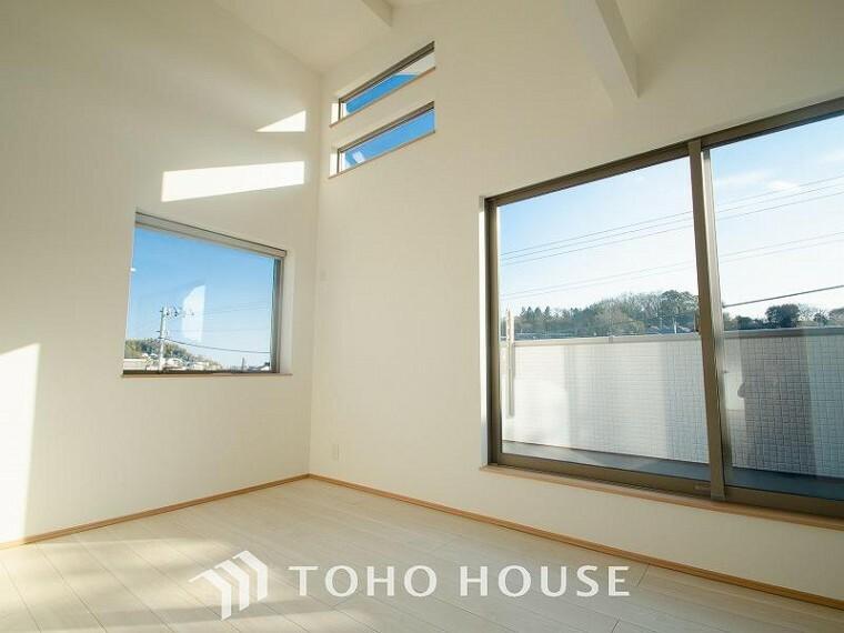 洋室 通風・採光にも優れ、心地よい光と風があふれています。