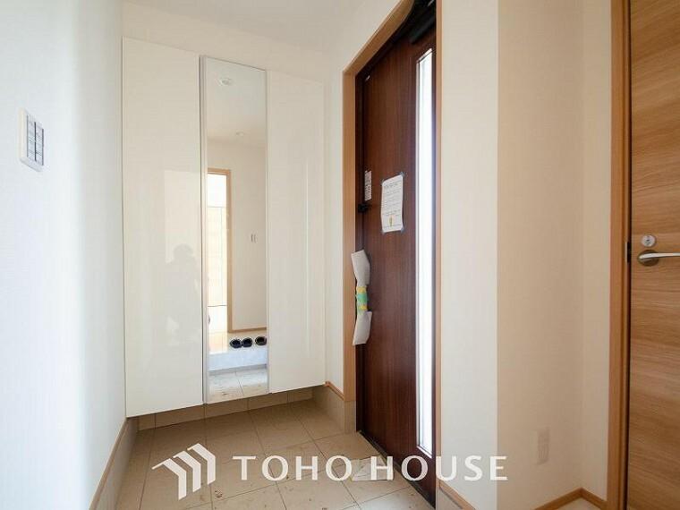 玄関 落ち着いた色を基調としていて、明るく優しい玄関となっています。