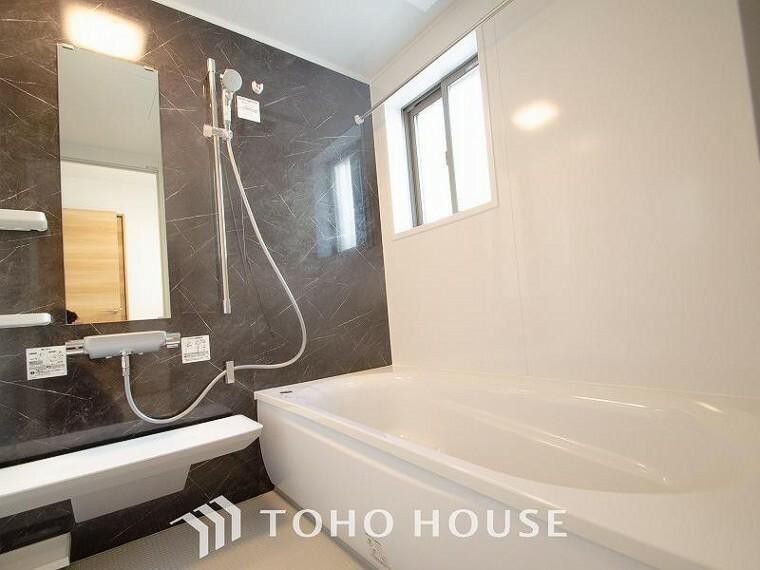 浴室 一日の疲れが癒される優雅なバスタイムを堪能できるゆとりあるバスルームです。