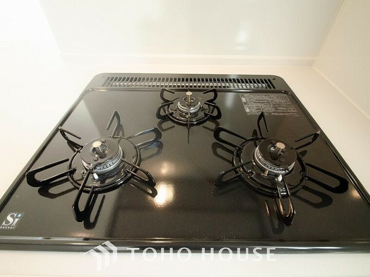 三口コンロで、お料理の効率もアップ!受け皿のないフラット天板で、お手入れもラクラク。