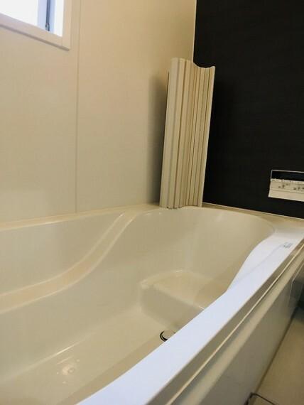 浴室 ベンチタイプの浴槽は半身浴も楽しめます。 お子様と一緒に入れる広々浴槽が嬉しいですね。